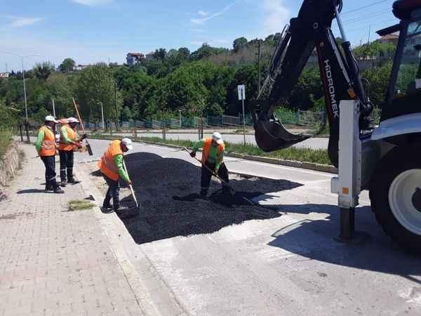 Gölcük Belediyesi ilçenin dört bir yanında yolları yenilemeye devam ediyor