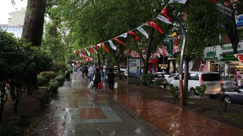 Korona değil yağmur sokakları boşalttı