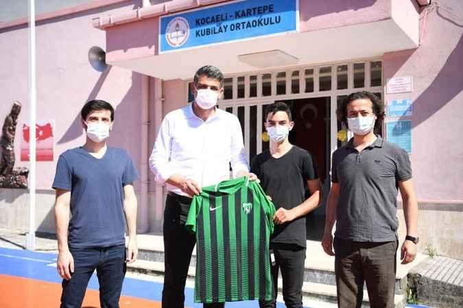 Kocaman'dan Türk Bayrağı ve Kocaelispor forması