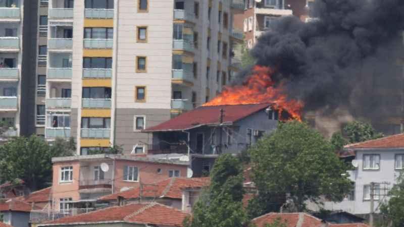 İzmit'te yangın paniği! Evin çatısı cayır cayır yandı