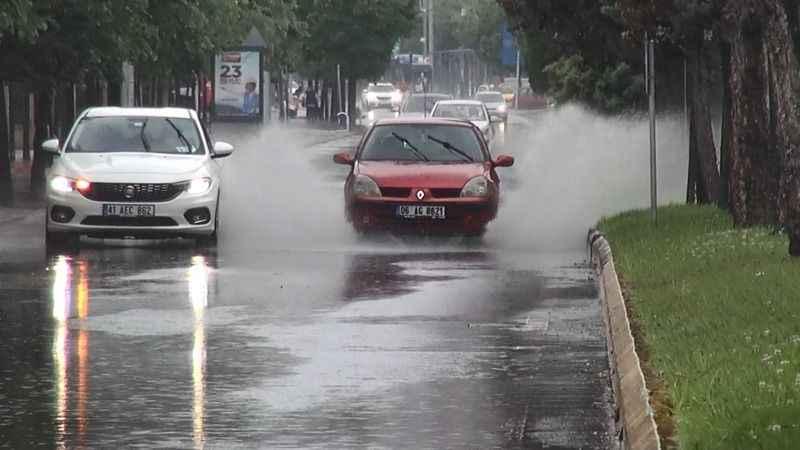 Kocaeli'de sağanak yağış trafiği olumsuz etkiledi