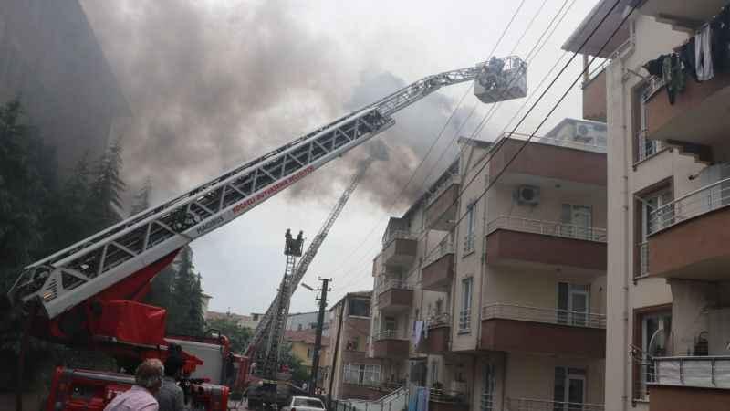 Onarım yapılan çatı alev alev yandı