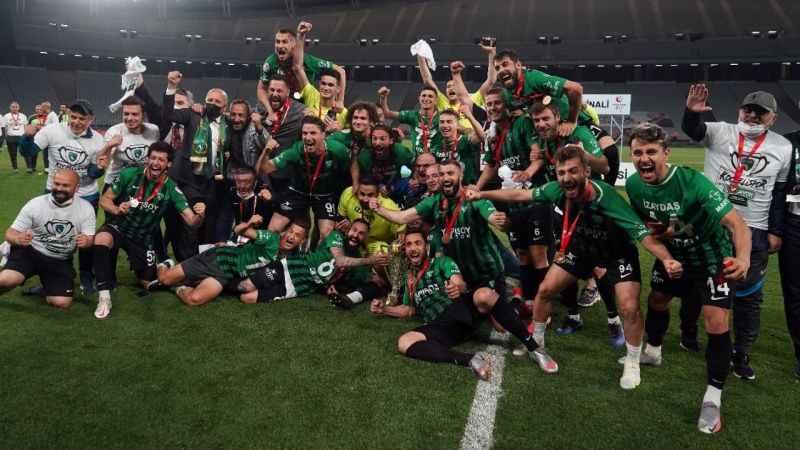 Şampiyon Kocaelispor, kupasını kaldırdı