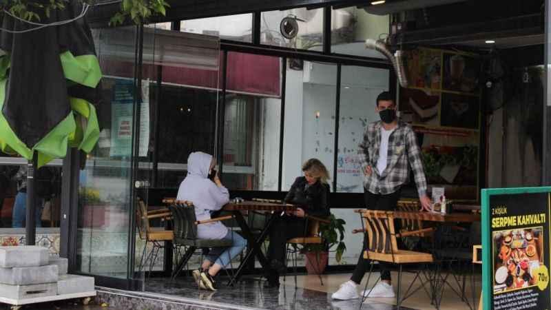 Kafe ve restoranlar açıldı esnafın yüzü güldü