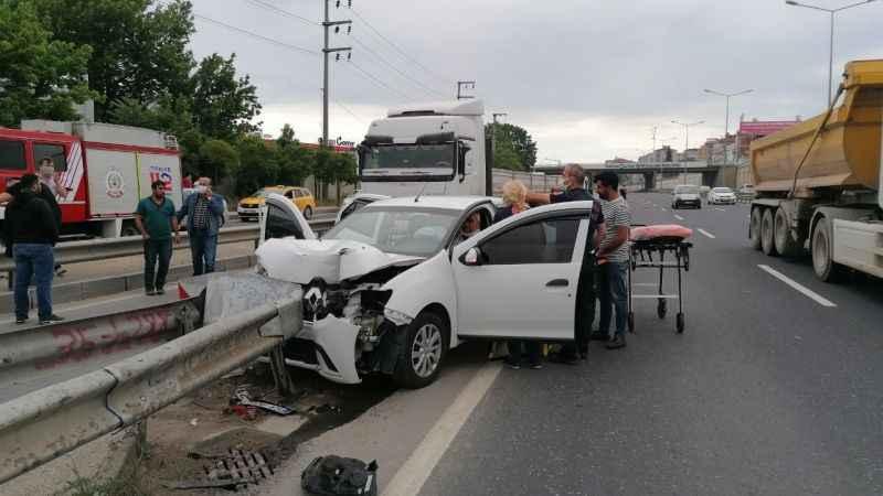 Taksi beklerken bindiği otomobilde kaza yaptı