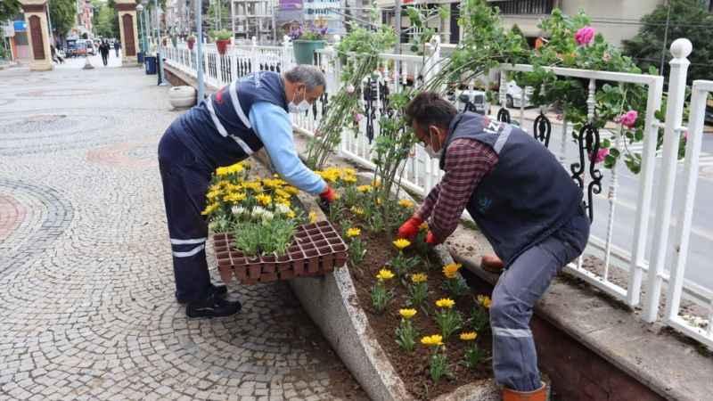 İzmit Saat Kulesi çevresi çiçeklerle rengarenk oldu