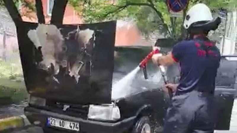 Otomobilin motoru alev alev yandı