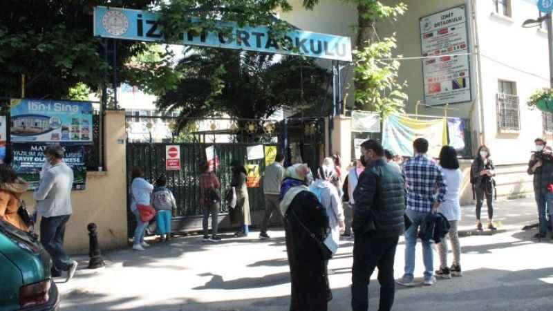 Öğrenciler sınavda veliler kapıda ter döktü
