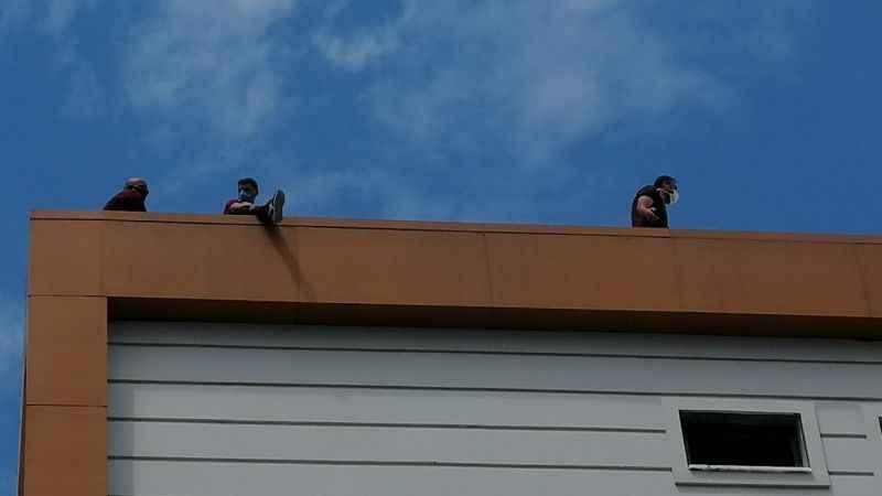Paralarını alamayan inşaat işçileri çatıda intihara kalkıştı