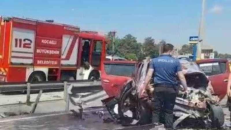 Bariyerlere çarpan otomobil hurdaya döndü: 5 yaralı