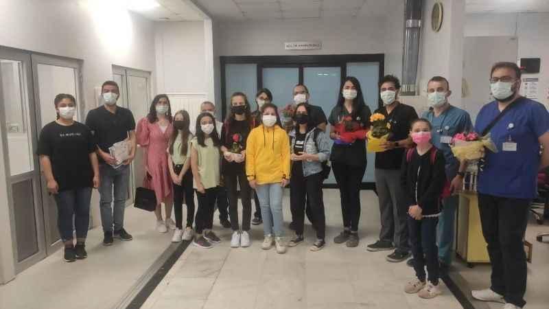 Öğrenci ve öğretmenler sağlıkçılara nefes oldu