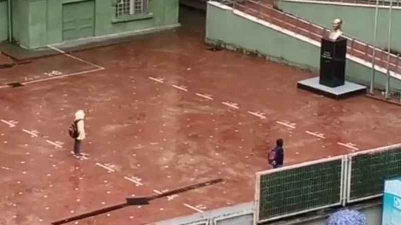 Yağmur altında İstiklal Marşı'nı okudular