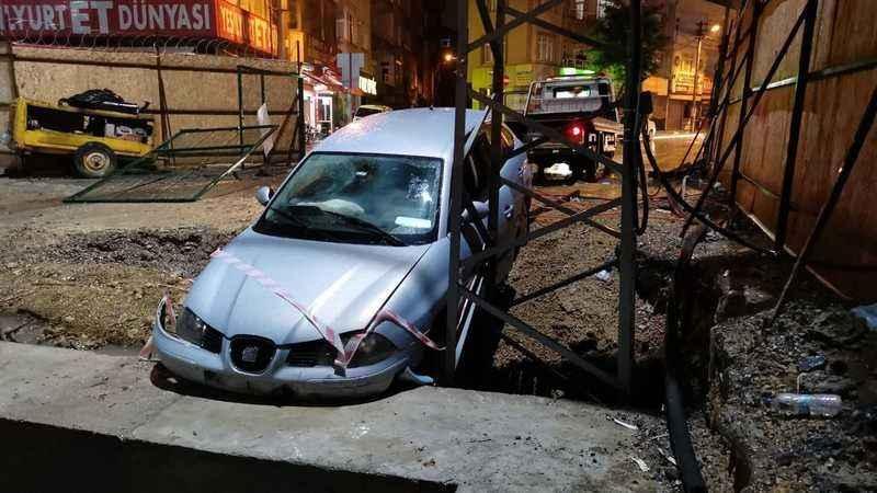 Otomobil metro şantiyesinde betona çarptı
