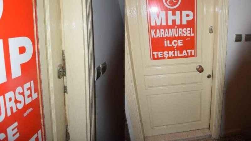 MHP İlçe binasının kapılarını kırdılar! Evrak çaldılar