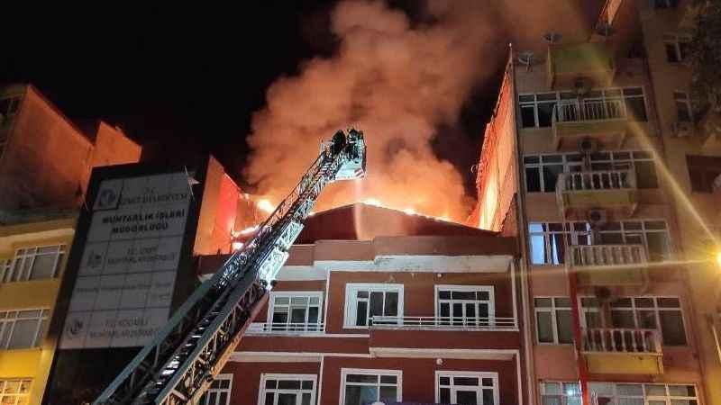 İzmit'in göbeğinde yangın paniği! Çatı alev alev yandı