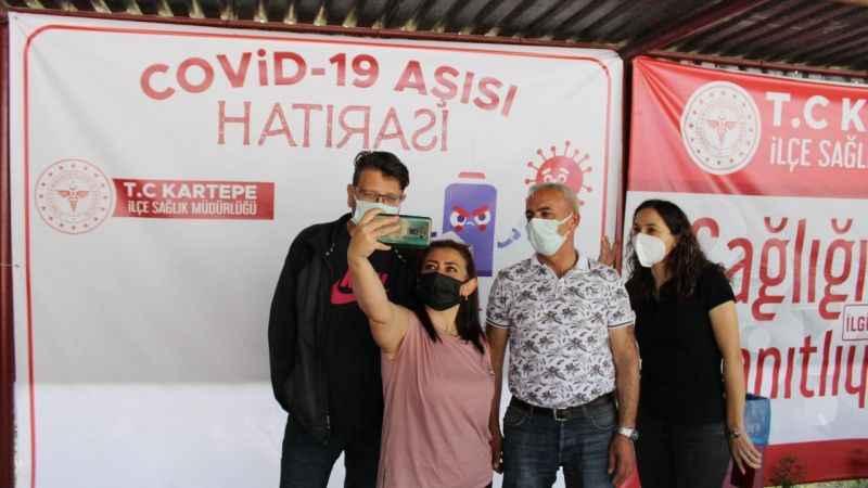 'Covid-19 aşı hatırası' afişi önünde aşı olup fotoğraf çektirdiler