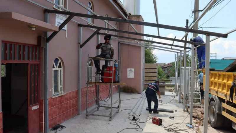 İzmit Belediyesi, Sofuoğlu Camii'ne sundurma yapıyor