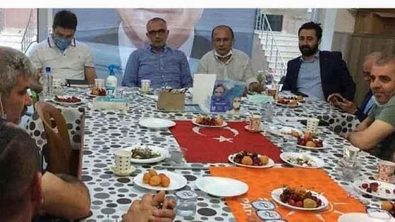 Kocaeli'de büyük skandal! AKP'liler bayrak üzerinde yemek ziyafeti yaptı