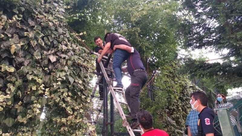 Okul bahçesinde mahsur kalan çocuğu itfaiye ekipleri kurtardı