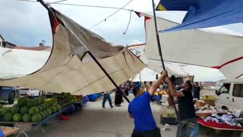 Şiddetli rüzgar pazarcıların tentelerini uçurdu