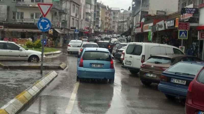 Kuruçeşme'de gelişigüzel park eden araçlar şoförleri isyan ettirdi