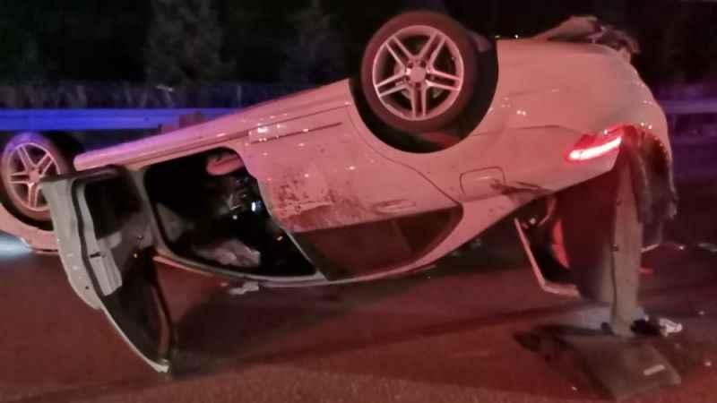 Kocaeli'de devrilen otomobilin sürücüsü yaralandı