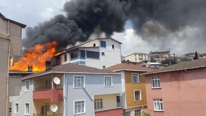 Kocaeli'de aynı sokaktaki 4 bina alevlere teslim oldu