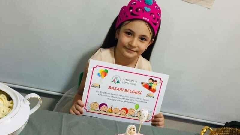 Minik Zeynep Minel, Kuran'a geçişini arkadaşlarıyla kutladı