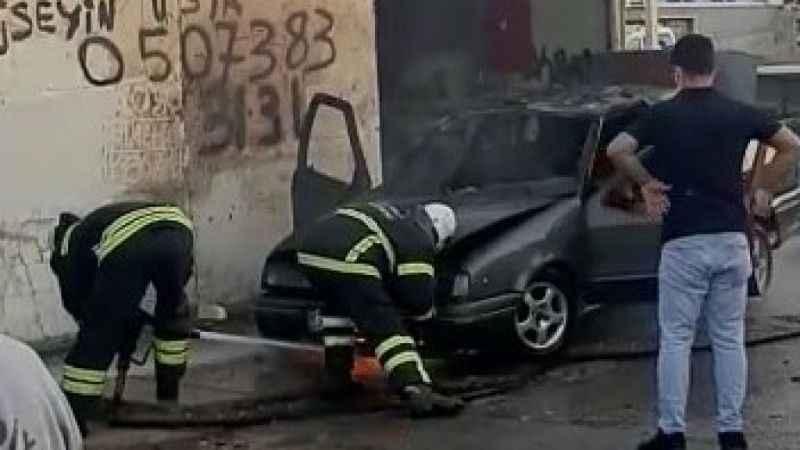 Tamir edilirken alev alan otomobili söndürebilmek için dakikalarca uğraştılar