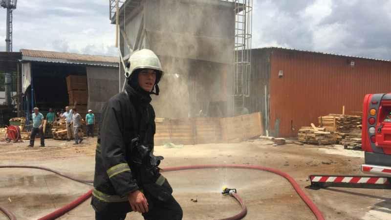İzmit'te yangın paniği! Kereste fabrikasında yangın çıktı