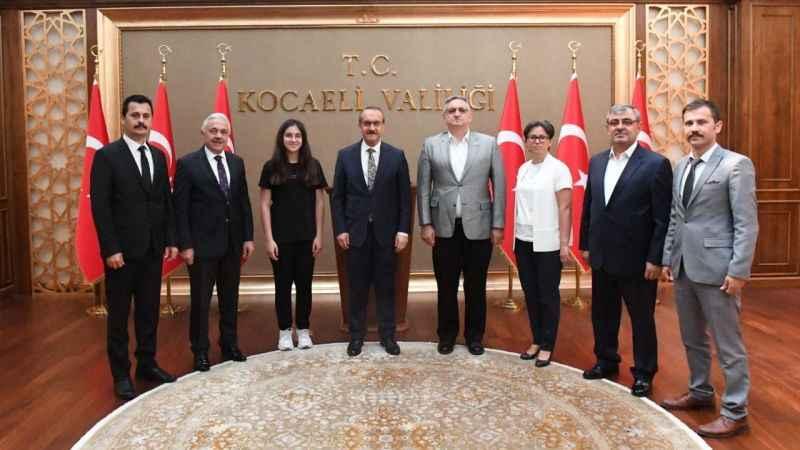 Vali Yavuz ve Kaymakam Gültekin Türkiye birincisini ödüllendirdi