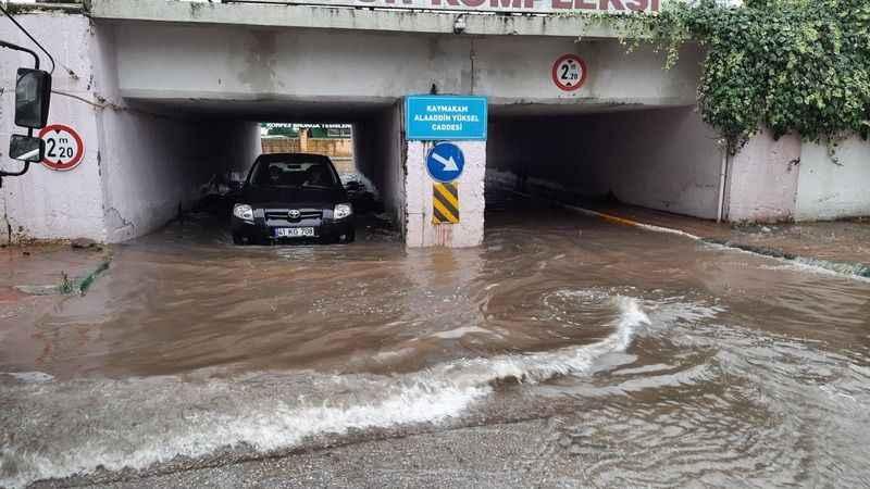 Kocaeli'de su basan alt geçitte sürücülerin zor anları