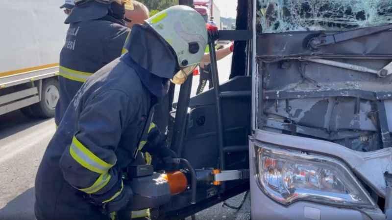 TEM'de şehirlerarası otobüs tıra çarptı: 4 yaralı