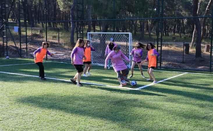Kadın izciler Manisa'da futbol oynadı