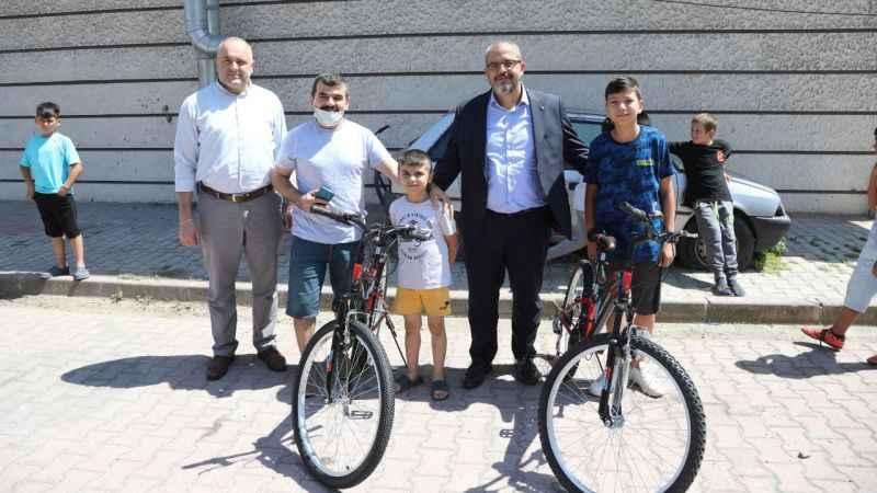 Belediye Başkanı talimat verdi, çocuklara bisiklet hediye edildi