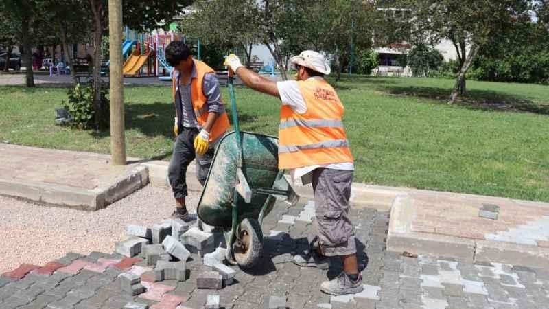 İzmit Belediyesi, Yeşilova'da parkeleri yeniliyor