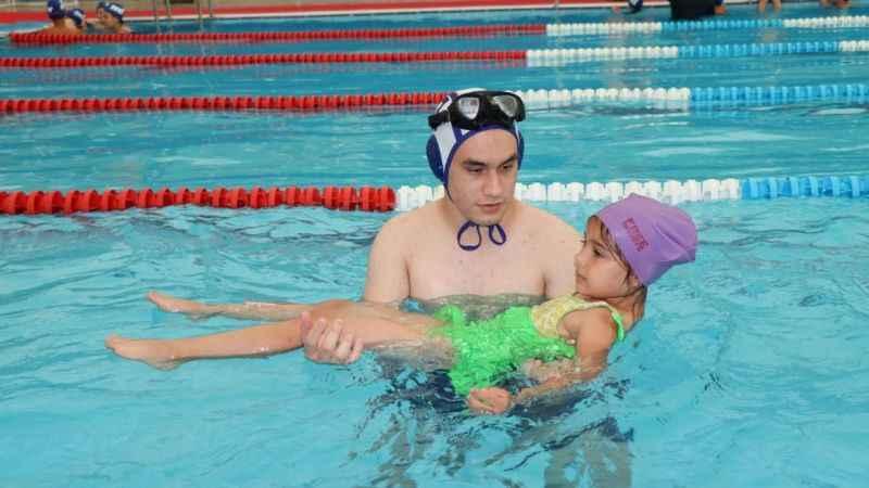 İzmitli çocuklar ücretsiz yüzme kursuyla eğlenirken yüzme öğrenecek