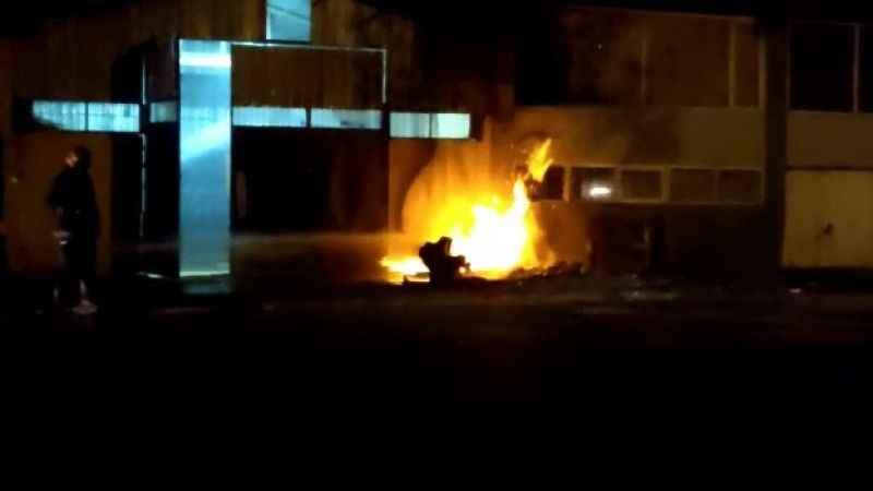 Fabrika önünde patlayan doğalgaz kutusu alev alev yandı