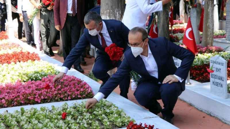 Kocaeli'de şehit mezarlarına karanfil bırakıldı