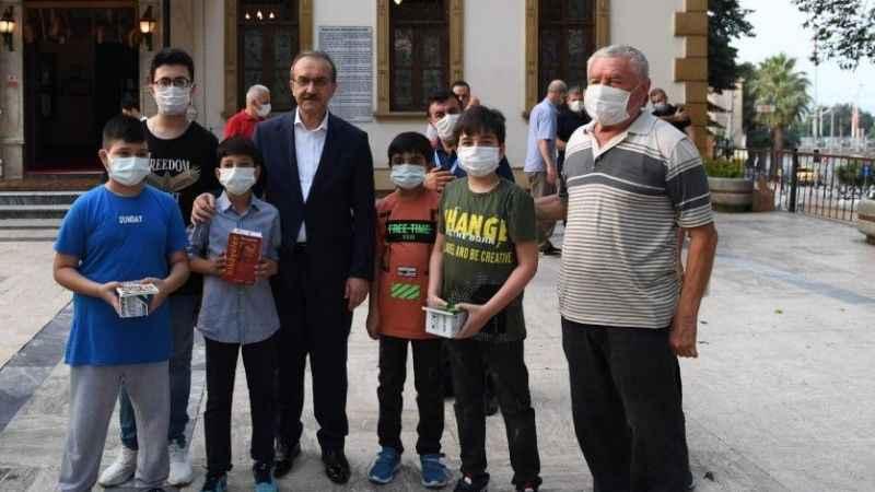 Vali Yavuz, Bayram Namazı sonrası vatandaşlarla bayramlaştı