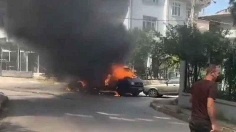 Park halindeki otomobile çarpan minibüs alev alev yandı