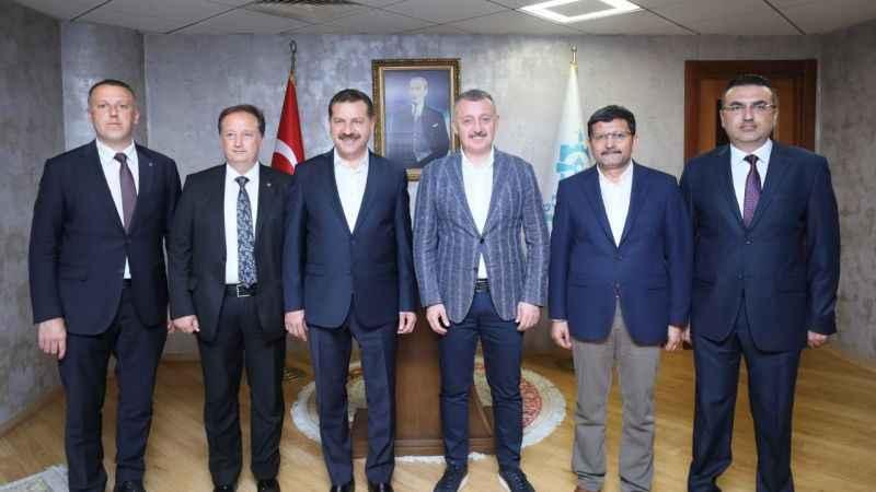 Başkan Büyükakın'ı, Kurtdereli Mehmet Pehlivan Güreşleri'ne davet ettiler