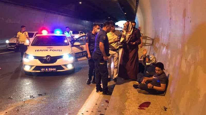 Zincirleme kazada 5 kişi yaralandı, araçlardakiler tünelde oturdu
