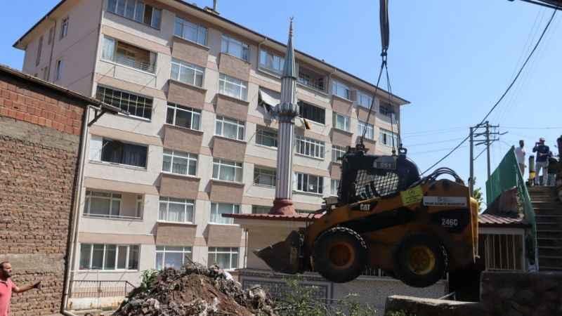İzmit Belediyesi Serdar Köşem Camii'necenaze namazı kılma alanı yapıyor