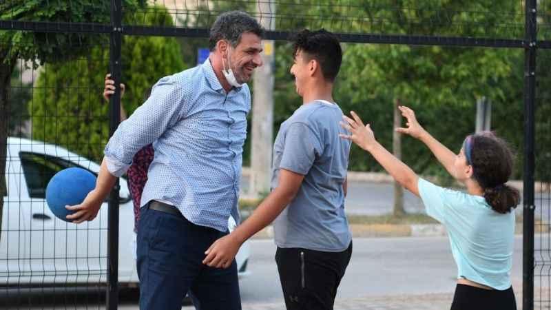 Basketbolcu başkan Kocaman gençlerle basketbol oynadı