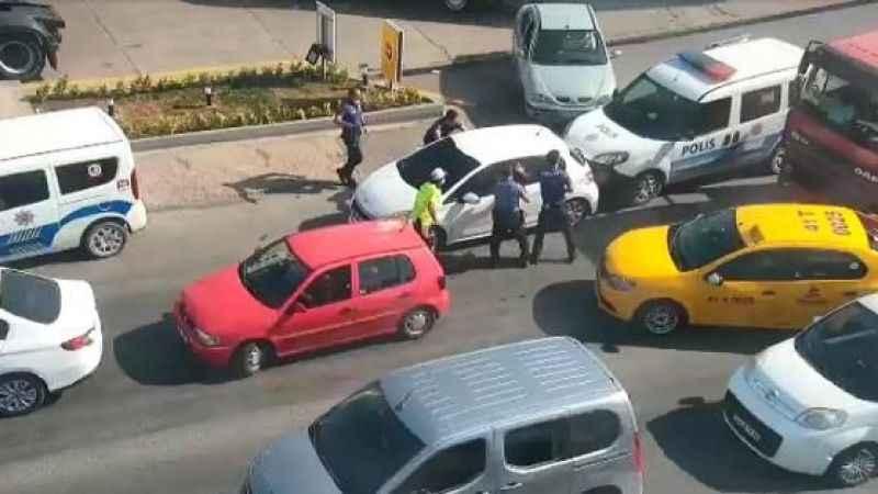 Çalıntı otomobille polis araçlarına çarptılar