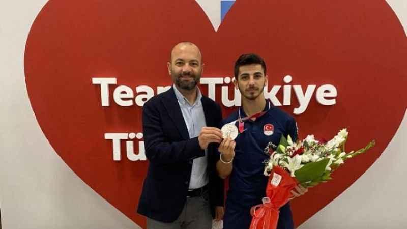 Aktürk'ten şampiyon Eray Şamdan'a kutlama