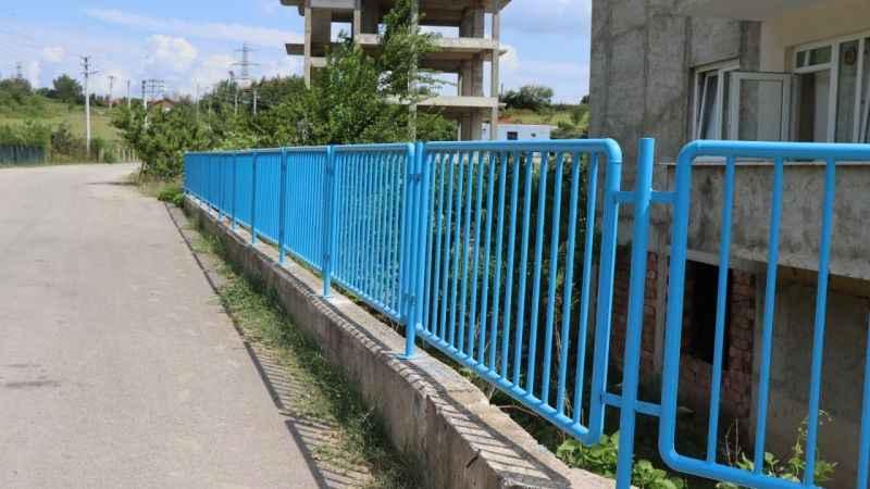 Alikahya'da tehlike yaratan duvara demir korkuluk yapıldı