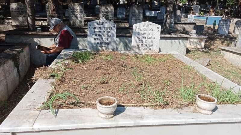 Kocaeli'de deprem şehitleri mezarlıkta dualarla anıldı
