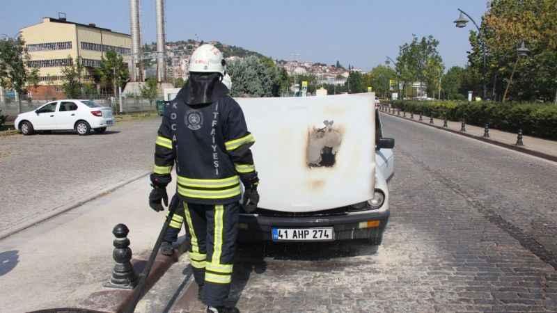 Alevlere teslim olan otomobili küle dönmekten itfaiye kurtardı